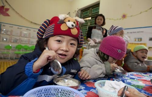 Des repas quilibr s pour les enfants gr ce une cantine scolaire un enfant par la main - Repas equilibre enfant ...