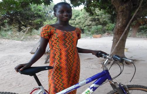 Un vélo comme cadeau solidaire pour prendre la route de l'école au Sénégal