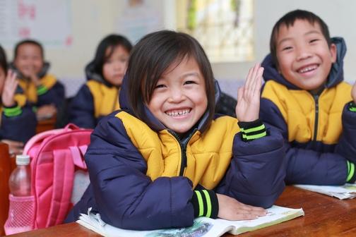 Des blousons chauds pour les enfants des villages ruraux du District de Ngan Son au Vietnam