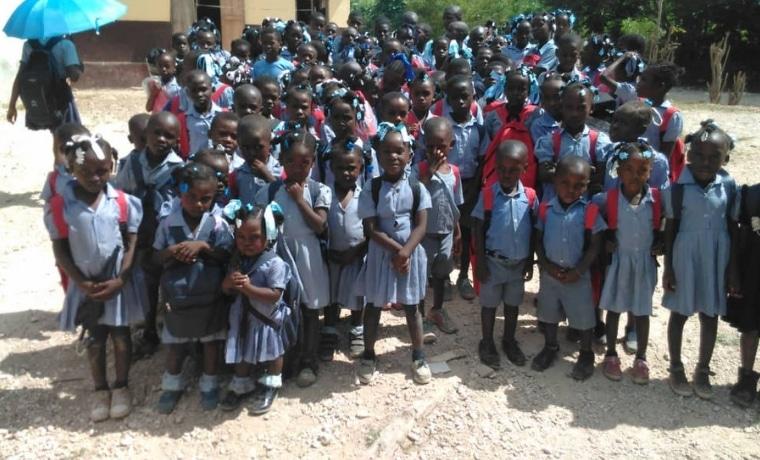 Des kits scolaires pour les enfants en Haiti