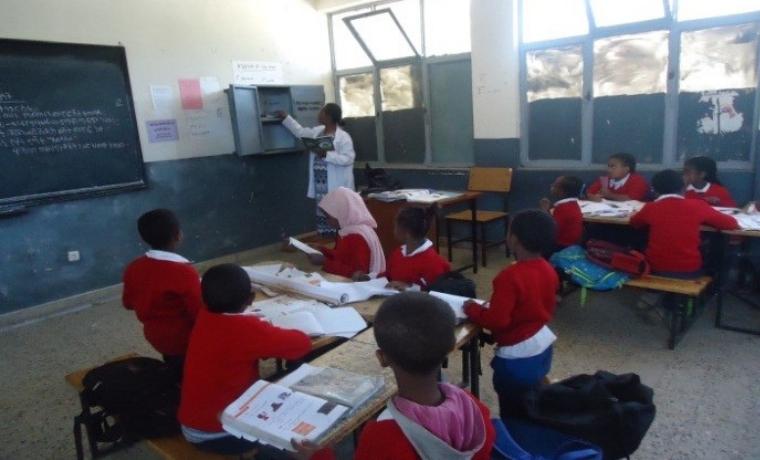 Des enfants concentrés dans les coins de lecture