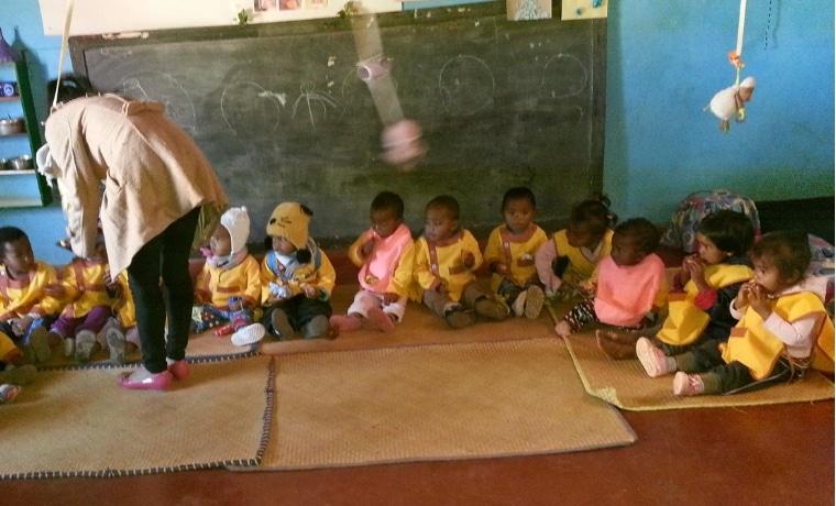 Les enfants à Madagascar prennent le goûter!