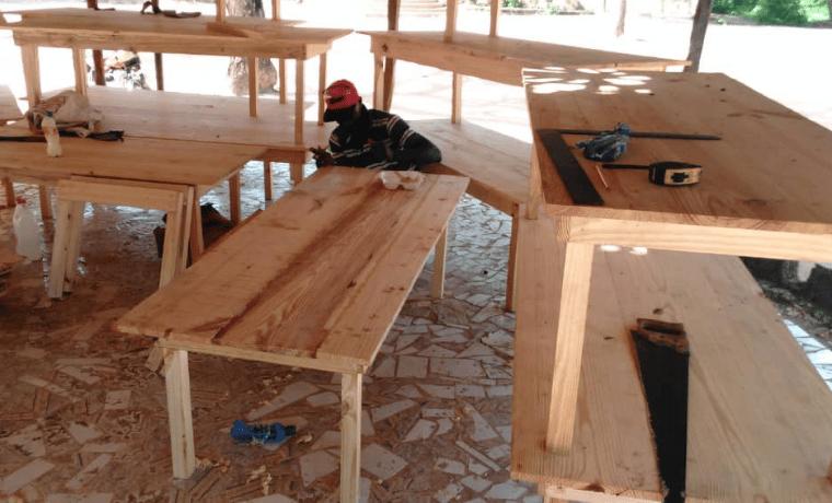 St Innocent de Bébé – montage du mobilier scolaire par les équipes terrain