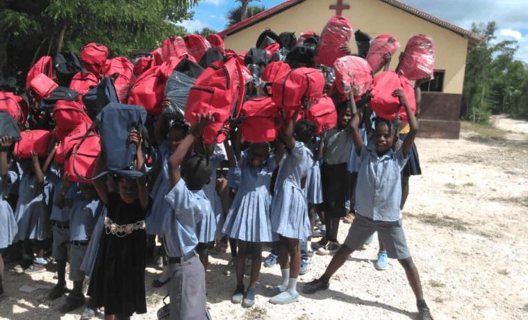 Les enfants avec leur kit scolaire : Un sac à dos contenant du matériel qui leur permet d'étudier dans de meilleures conditions (cahiers, stylos, crayons, règles…)