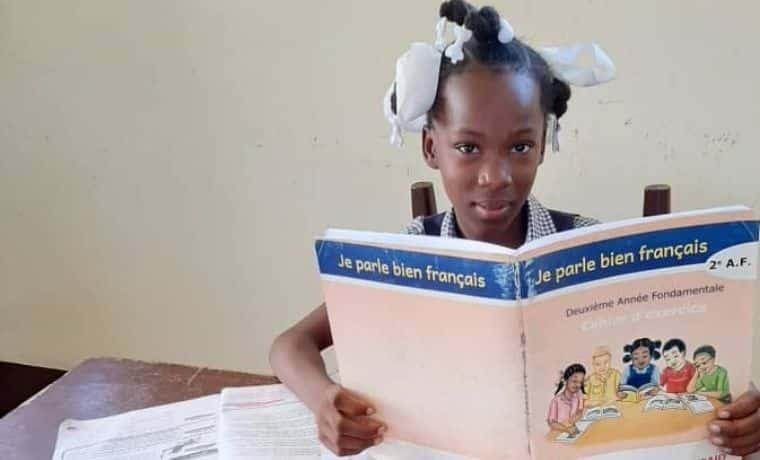 Des manuels scolaires pour enseigner dans les écoles en Haïti